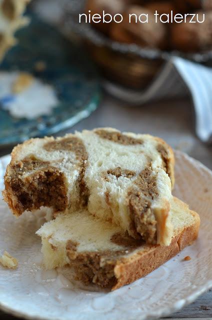 ciasto drożdżowe zmasą orzechową