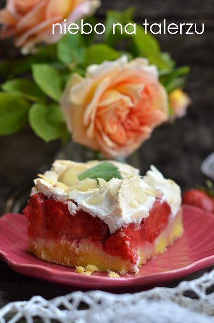 łatwe ciasto ztruskawkami ibezową pianką