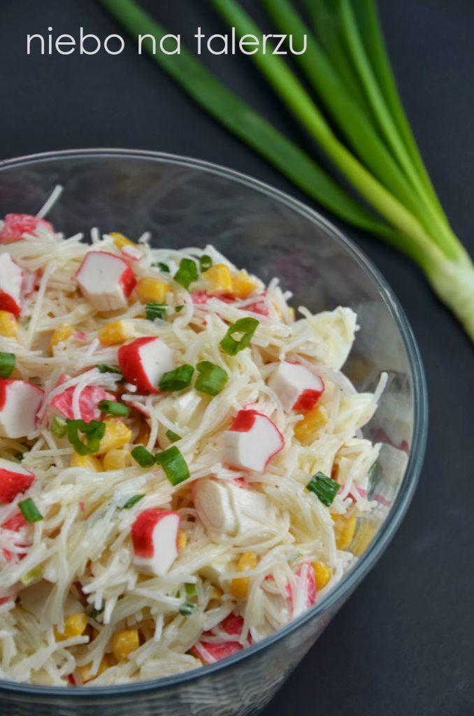 sałatka zsurimi imakaronu ryżowego