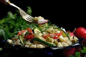 sałatka z kaszy i warzyw