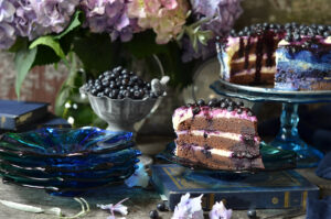 czekoladowe ciasto z kremem i jagodami