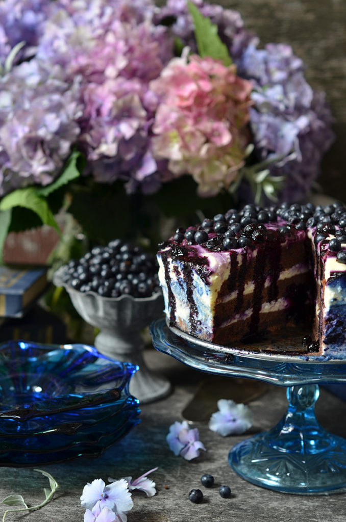 czekoladowe ciasto zkremem ijagodami