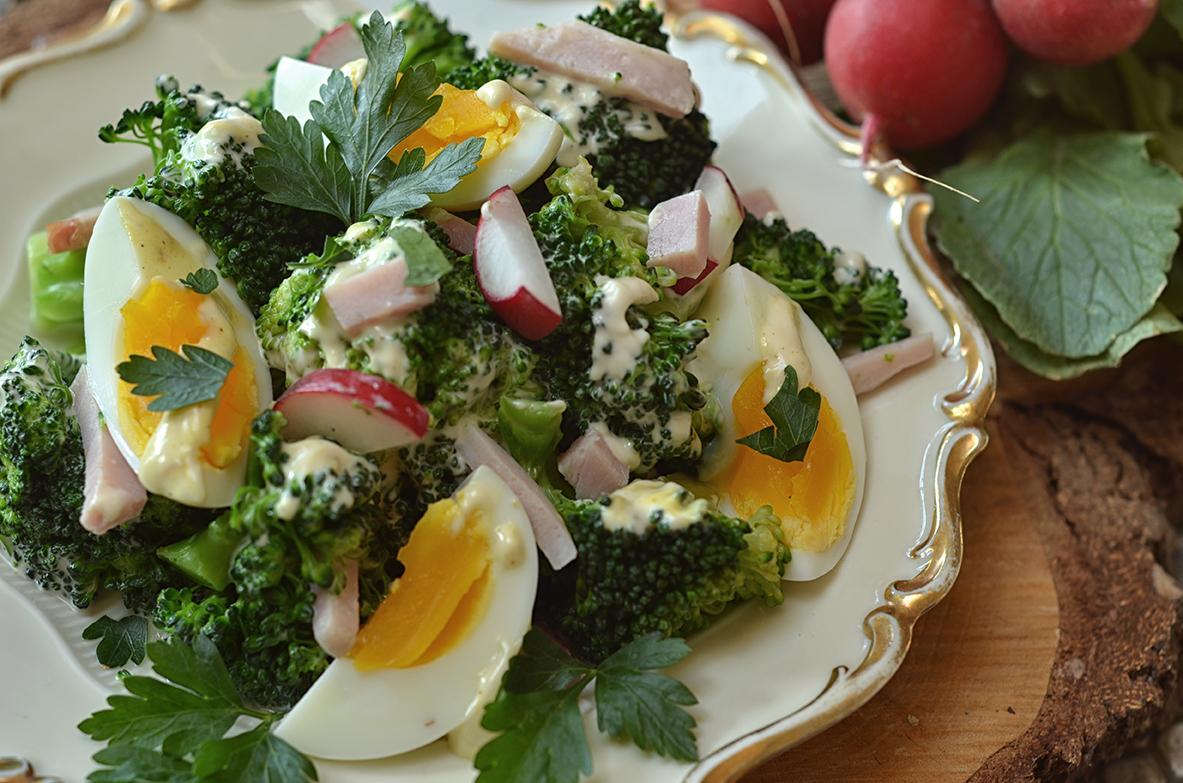 sałatka z brokułami, jajkiem i szynką