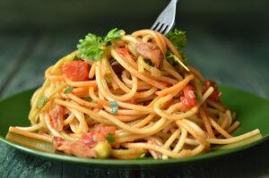 spaghetti z boczniakami w pomidorach
