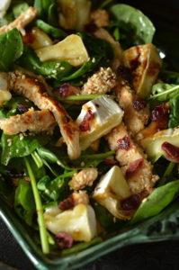 sałatka z kurczakiem w sezamie i serem camembert
