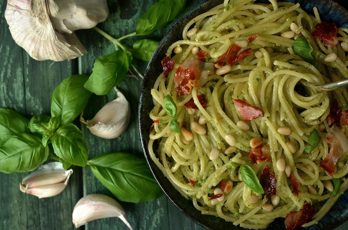 spaghetti z bazylią, orzeszkami