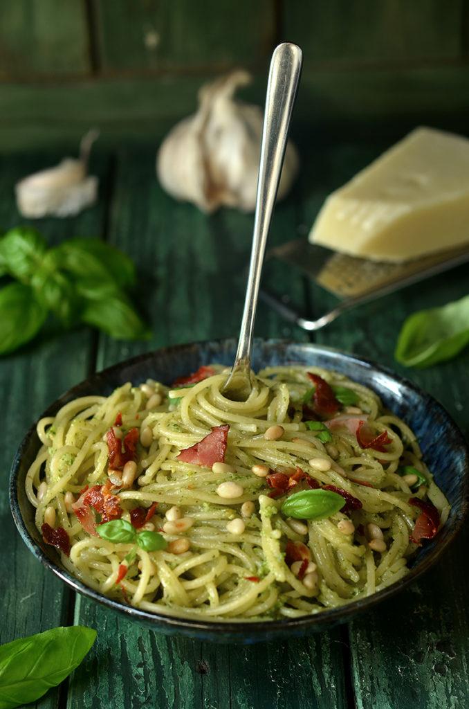 spaghetti zbazylią, orzeszkami iparmezanem