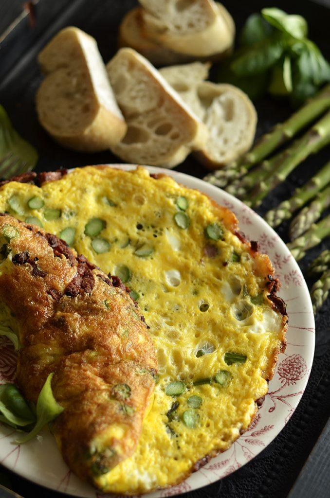 prosty omlet zeszparagami