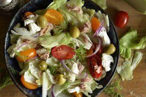 sałatka z tuńczykiem , pomidorem i oliwkami