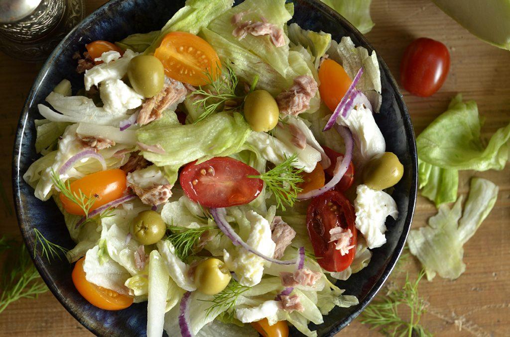 sałatka ztuńczykiem, pomidorem ioliwkami
