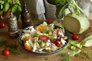sałatka z tuńczykiem, pomidorem i oliwkami