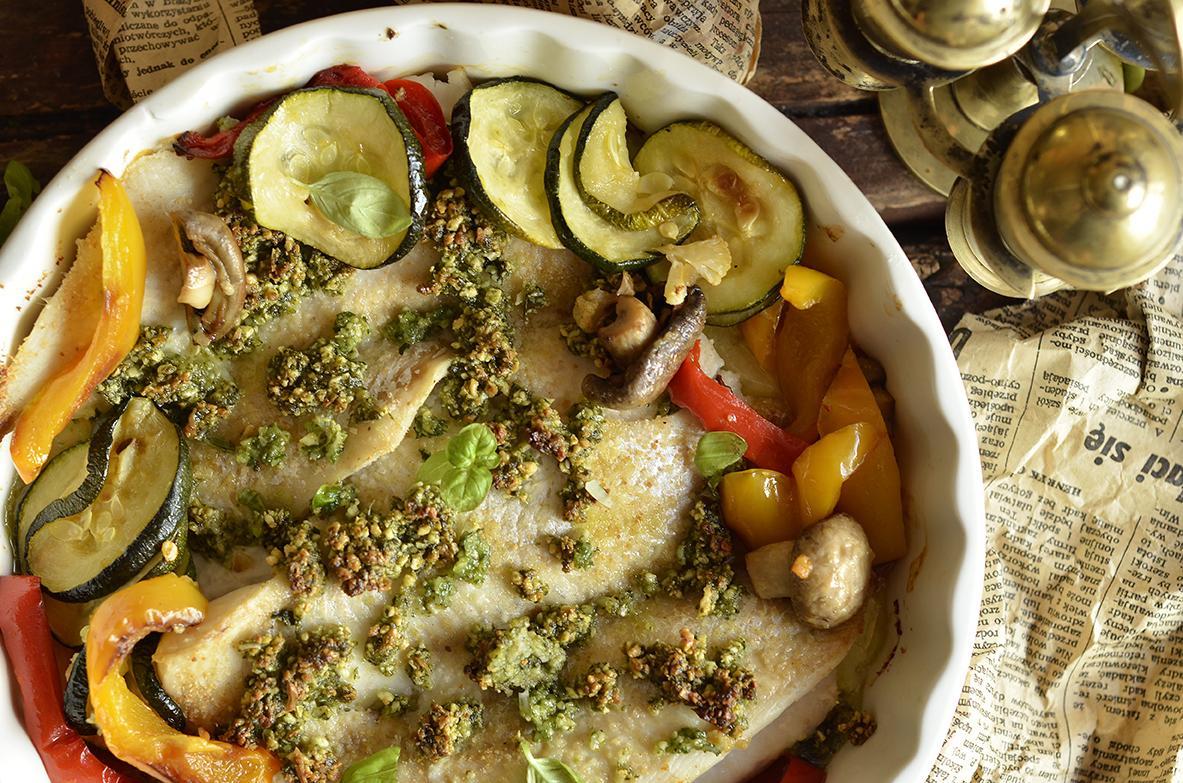 Ryba pieczona z pesto i warzywami